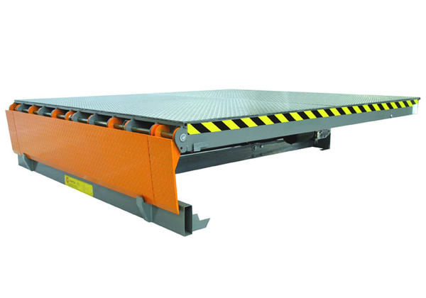 Electrohydraulic dock leveller with swivelling lip dock